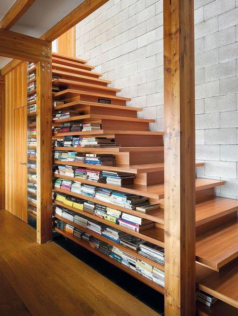 Veja uma ideia de escada com vãos específicos para por os livros
