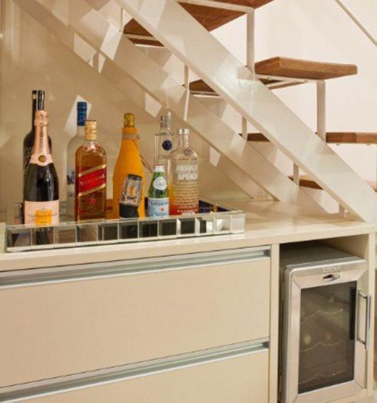 Um balcão pode transformar a área embaixo da escada em um bar elegante