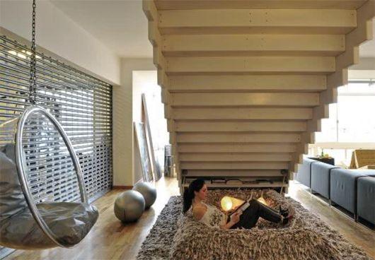 Dica para aproveitar cada canto de sua casa, mesmo embaixo da escada