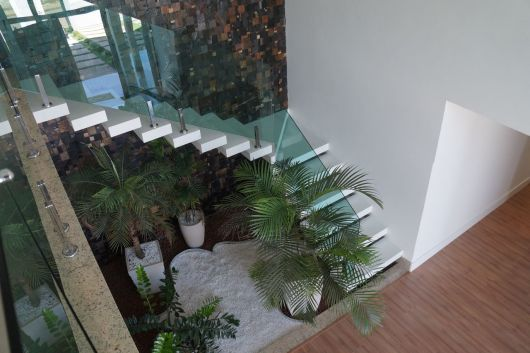 Decoração embaixo da escada com plantas vista de cima