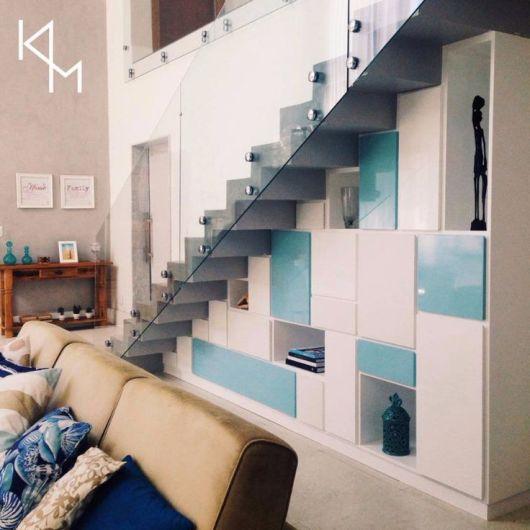 Você pode criar uma decoração elegante com nichos e armário embaixo da escada