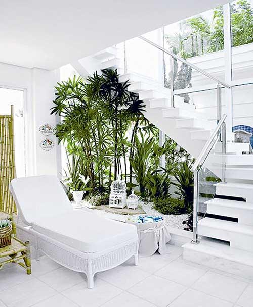 Leve o verde para dentro de sua casa em um jardim embaixo da escada
