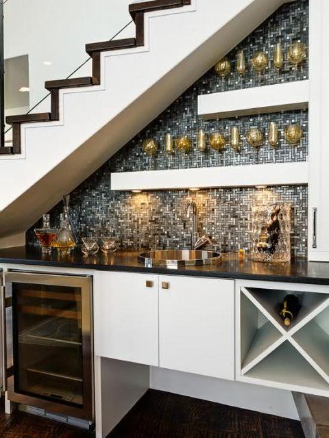Veja como é possível deixar a área embaixo da escada bem sofisticada