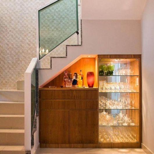 Você também pode trabalhar na iluminação no bar embaixo da escada