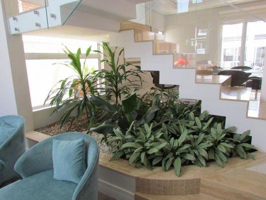 Mais uma ideia de espaço verde embaixo da escada