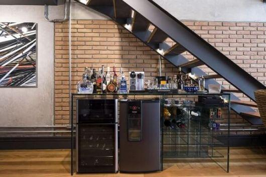 Decoração embaixo da escada com adega climatizada e frigobar