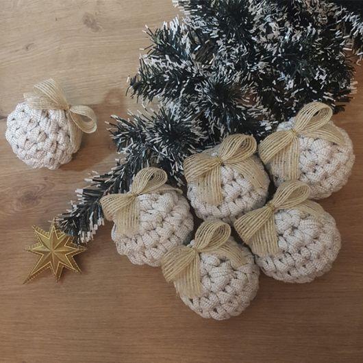 Bolas monocromáticas de crochê para árvore de natal