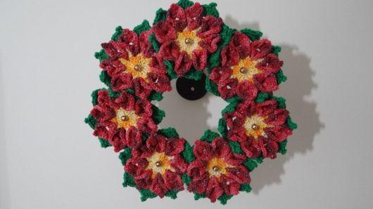 Guirlanda de crochê com flores natalinas