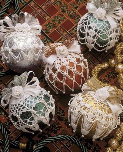 Bolas coloridas com capas de crochê