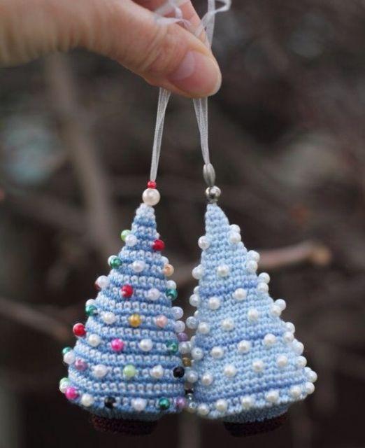Decore árvores de natal com enfeites de crochê