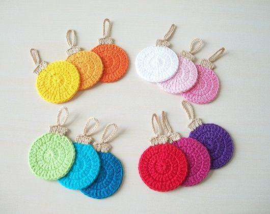 Bolas de natal de crochê colorido