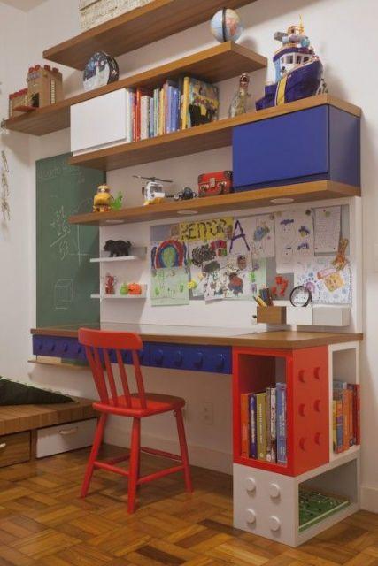 Quarto infantil com escrivaninha de madeira com detalhes de Lego