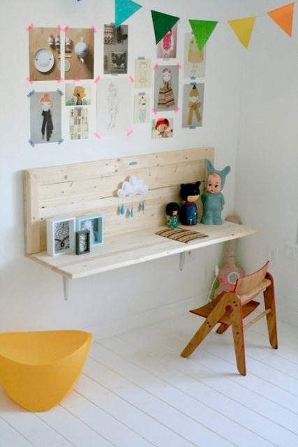 Escrivaninha simples de madeira suspensa