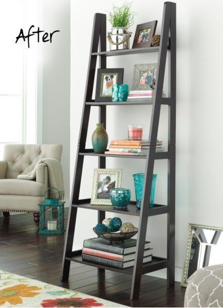 modelo de estante escada preta comum com objetos decorativos.