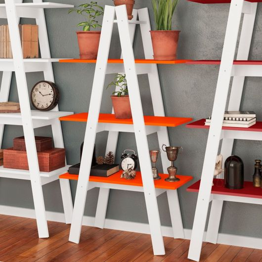 Estante escada branca com prateleira laranja.