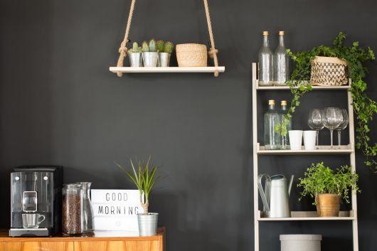 estante escada branca em cozinha com paredes pretas.