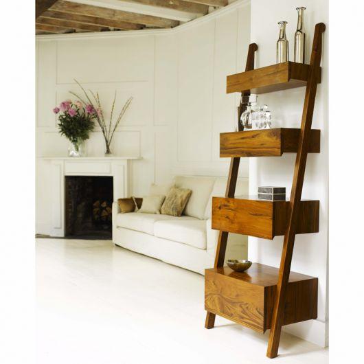estante escada usada de prateleira na cor marrom escuro em sala clean.
