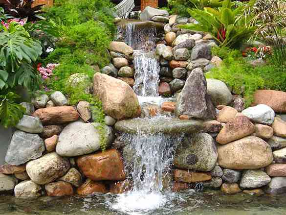fonte de água decorativa de pedras.