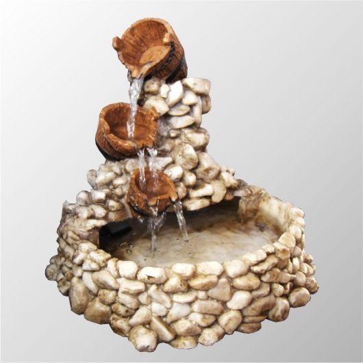 fonte de água decorativa com cascata.