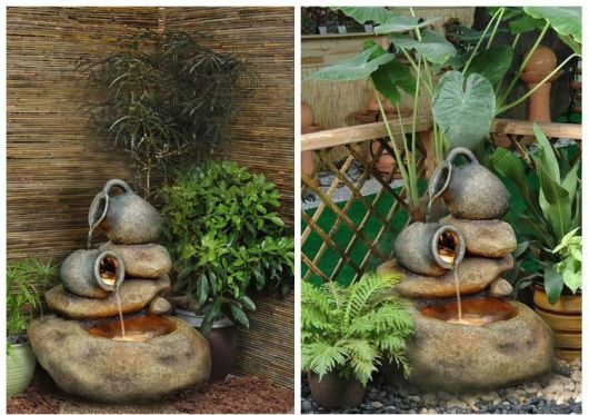 fonte de água decorativa com jarros de barro.
