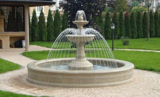 fonte de água de centro, grande de pedra.