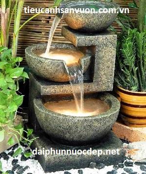 fonte de água decorativa tamanho médio com jarros redondos.