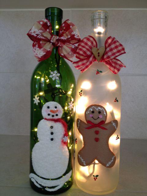 garrafas decoradas com pisca pisca e bonequinhos natalinos.