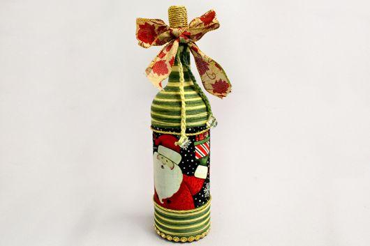 garrafa decorada nas cores, amarelo, verde e adesivo de papai noel.