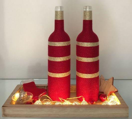 garrafas decoradas com barbante vermelho e dourado.