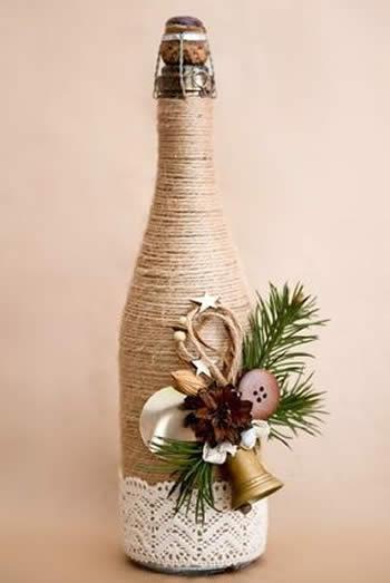 garrafa decorada com barbante em tom niude e adereços natalinos.