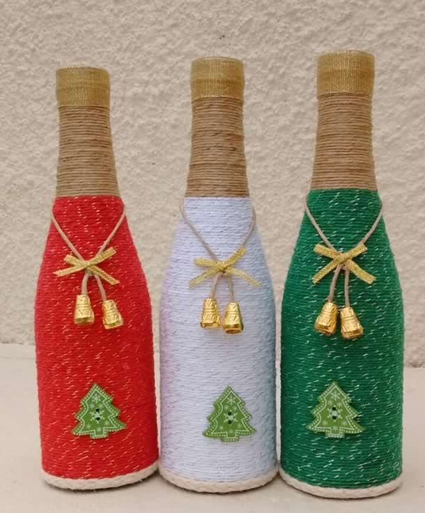 garrafas decoradas nas cores, vermelho, branco e verde.