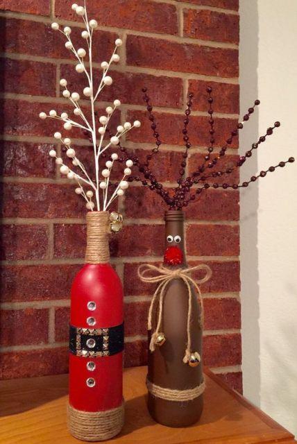 garrafas pintadas nas cores, vermelho e marrom com detalhes de barbantes.