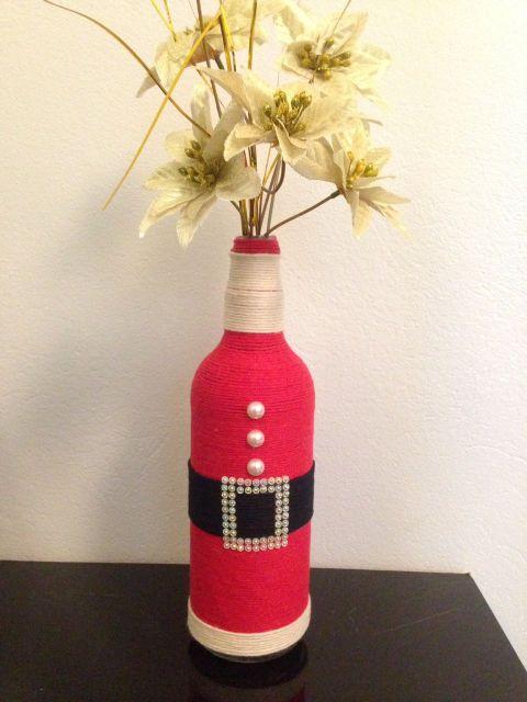 garrafa decorada com roupa de papai noel vermelha.