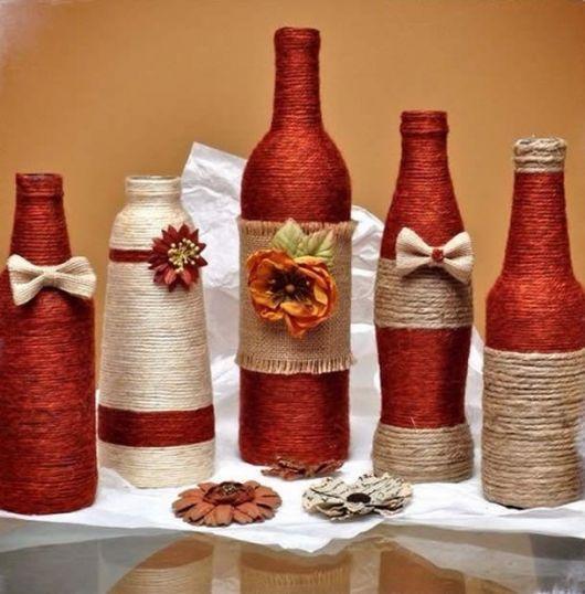 garrafas decoradas para o nal nas cores vermelho barro e branco.