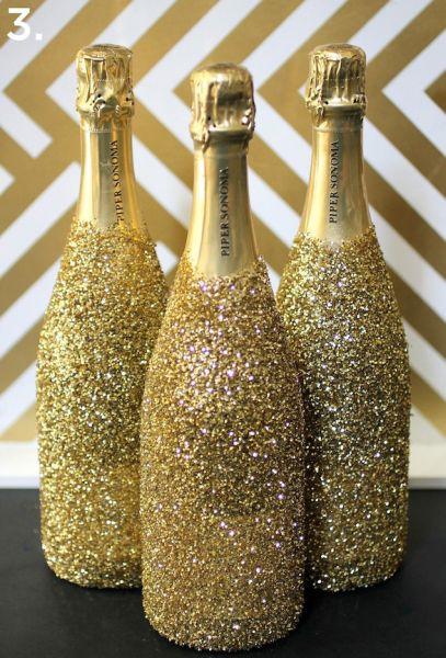 garrafas decoradas para o natal com glitter e tinta spray dourada.