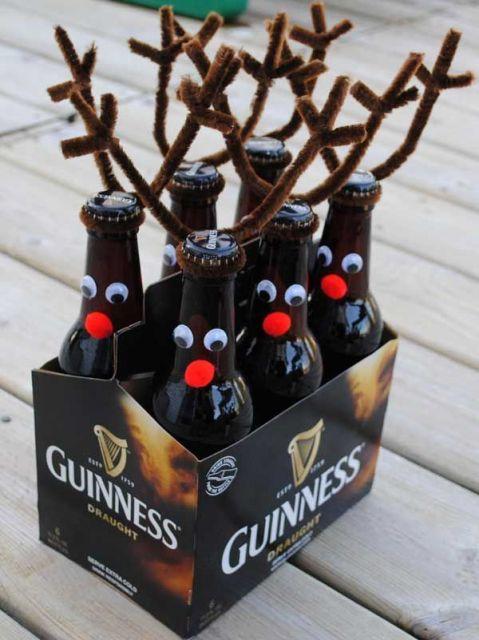 garrafas decoradas com renas natalinas.
