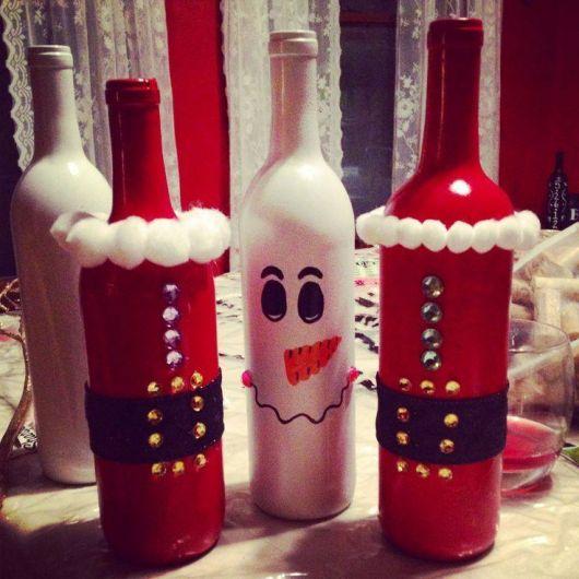 garrafas decoradas para o natal nas cores vermelho e branco.
