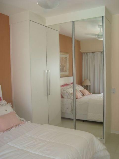 guarda-roupa branco com espelho