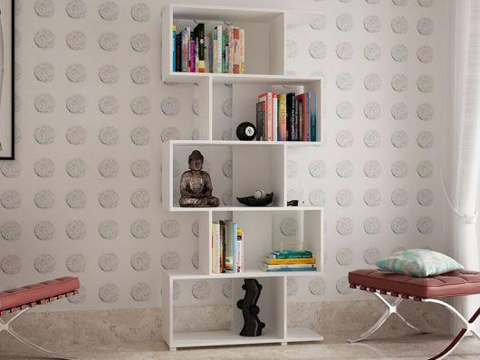 Uma estante grande e cheia de nichos para colocar livros e outros adereços