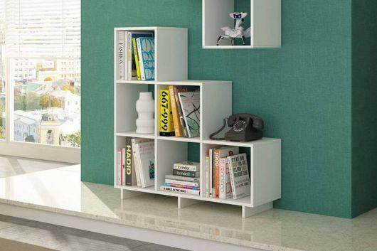 A versatilidade no modelo de estantes é um atrativo bacana para colocar livros decorativos nesta estrutura