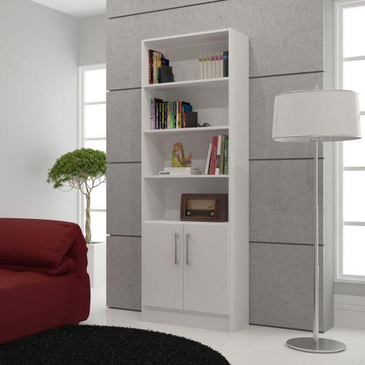Nessa estante compacta você pode distribuir vários livros decorativos