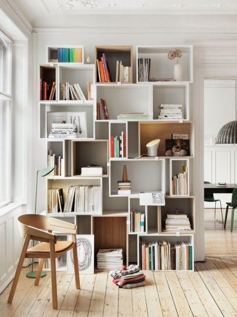 Estantes grandes servem para deixar muitos livros diferentes