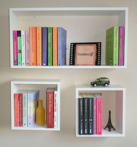 Os nichos quadrados são perfeitos para deixar livros de todos os tamanhos