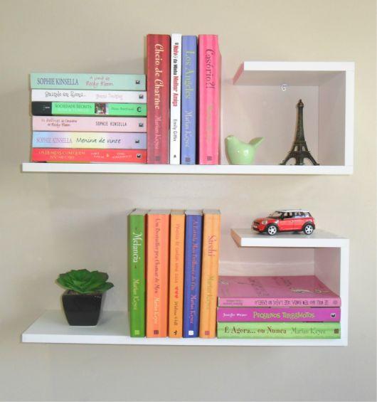 A disposição dos livros decorativos faz toda a diferença em um projeto chamativo