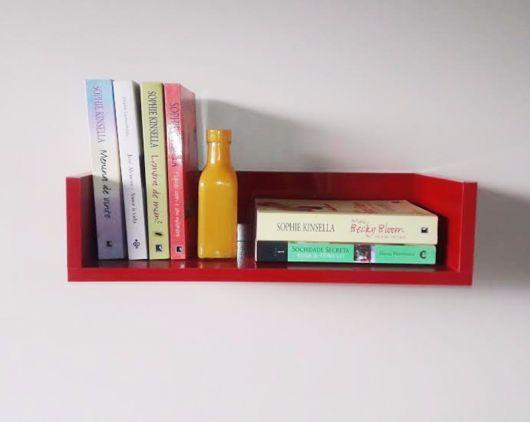 Prateleira única colorida com seus livros prediletos