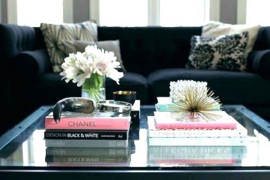 Livros decorativos servem de base para diversos acessórios