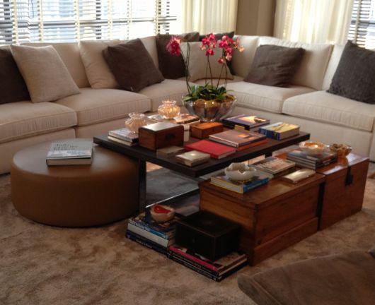 Livros decorativos na mesa de centro de madeira. Assim, sua sala ficará impecável!