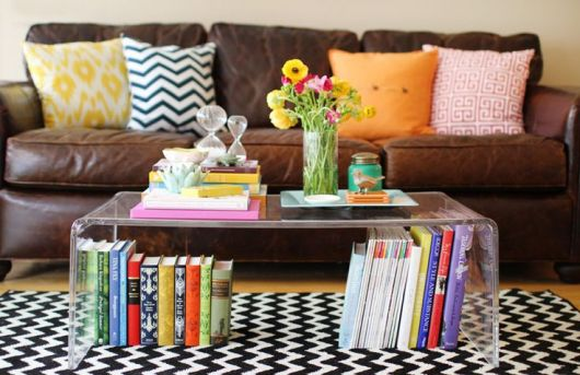 Livros decorativos na parte de baixo da mesa de centro