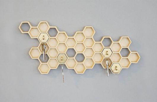Essa colmeia para chaves incrementa a decoração da sua casa