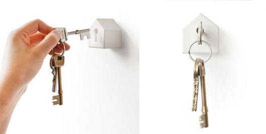 Uma casinha pequena com a chave se encaixando perfeitamente